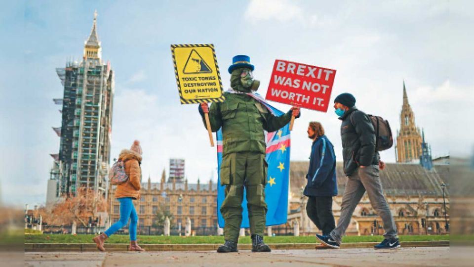 """Resaca del día después. Un militante proeuropeo protesta en la capital británica. """"El Brexit no valió la pena"""", reza su pancarta."""