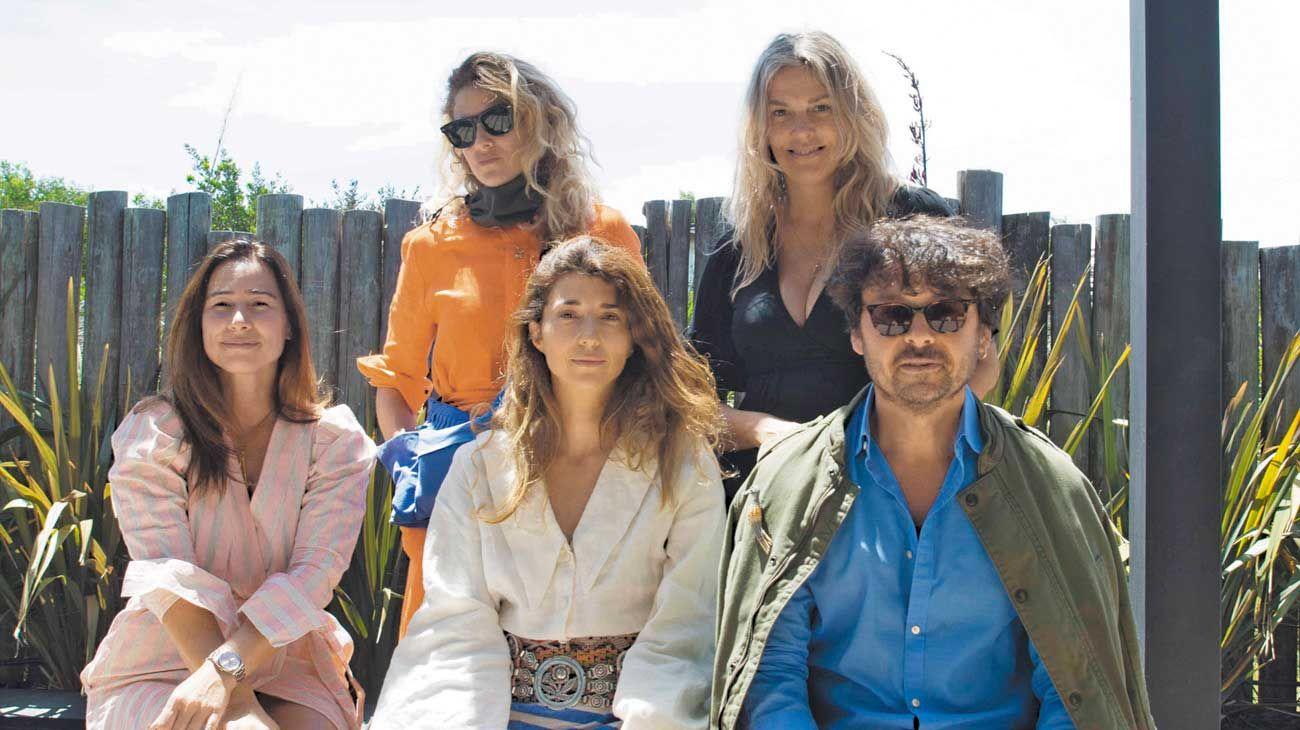 Postales. 1. Caro Barboza, Leo Balcarce, Paula Santamarina, Wally Diamante y Ana de Toledo en Casa Rowena.