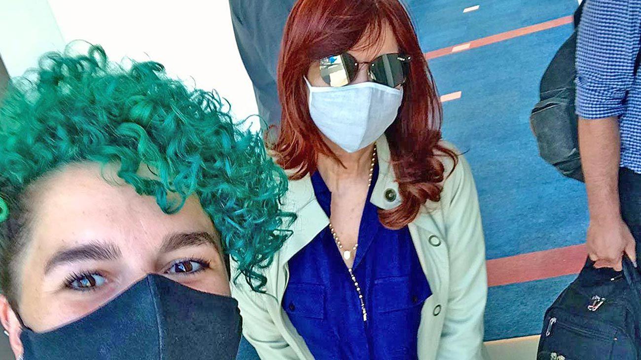 Cristina embarcando ayer a El Calafate en donde pasará el verano. La coordinadora del vuelo se tomó una selfie y le agradeció su gestión.