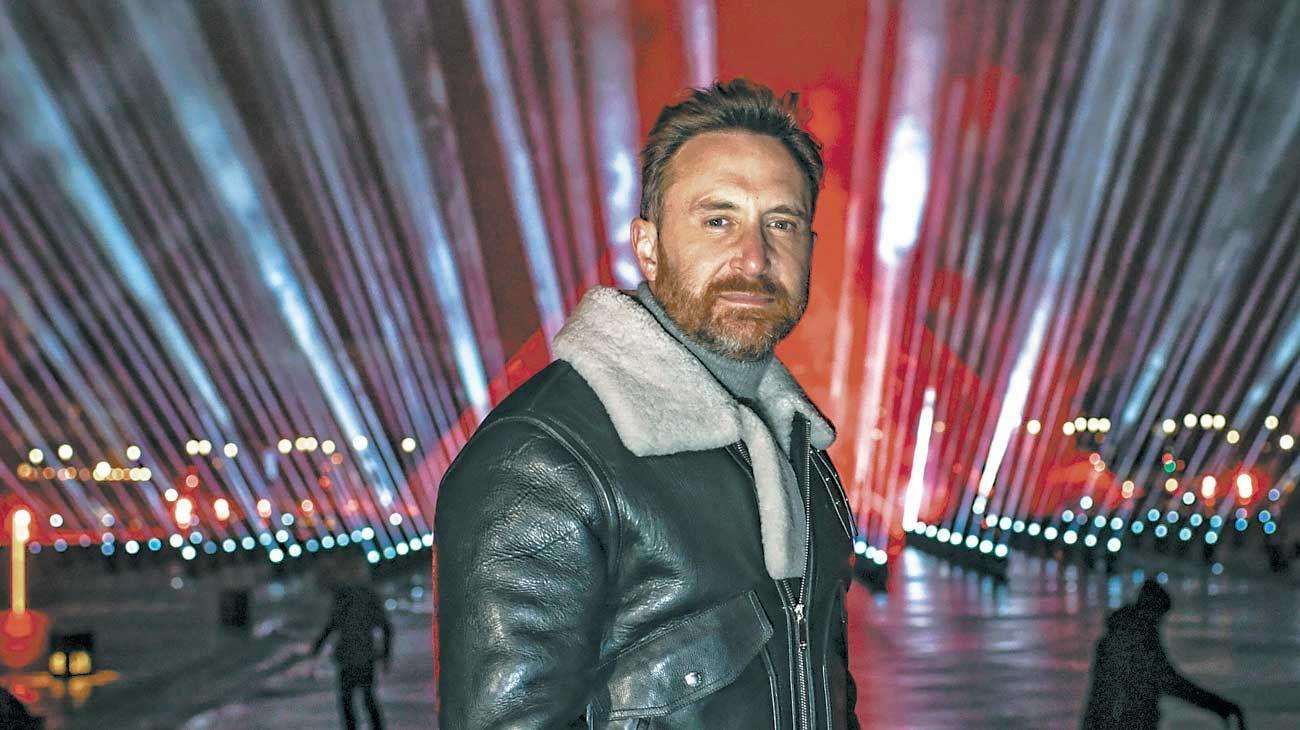 En París. Guetta transmitió por redes su primera actuación de 2021, desde el Louvre.