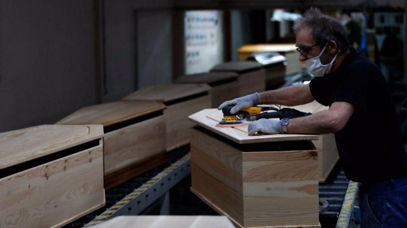 """""""La madera es escasa, especialmente el pino, que es el más barato"""", dijo Auriel Suárez, propietario de Universal Caskets Manufacturing Corporation en el este de Los Angeles."""