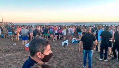 Balance. Aunque muchos jóvenes se reunieron en fiestas espontáneas, otra gente respeta el protocolo y llega al agua con barbijo.
