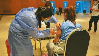 LOS MÉDICOS, PRIMERO. El plan de vacunación se puso en marcha en Córdoba con los profesionales de la salud en el Centro de Convenciones.