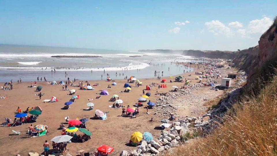 Espacio. En algunas zonas de la costa las autoridades consiguieron que se respete el distanciamiento.