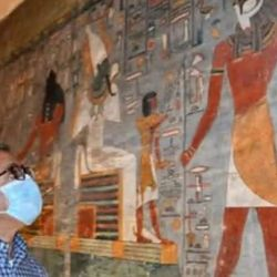 En la cámara sepulcral se encuentran varias pinturas murales muy bien preservadas.