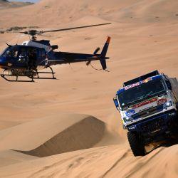El piloto ruso de Kamaz, Anton Shibalov, y el copiloto Dmitry Nikitin e Ivan Tatarinov compiten durante la segunda etapa del Rally Dakar 2021 entre Bisha y Wadi Ad-Dawasir en Arabia Saudita. | Foto:Franck Fife / AFP