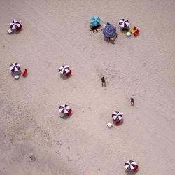 Vista aérea de bañistas disfrutando de la playa Reserva en Río de Janeiro, Brasil. | Foto:Mauro Pimentel / AFP