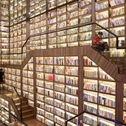 Esta foto muestra a personas leyendo libros en una biblioteca con techo de espejos en Shaoyang, en la provincia central china de Hunan. | Foto:STR / AFP