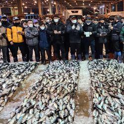Un grupo de subastadores autorizados participan en la primera subasta de caballa para 2021 en un mercado cooperativo de pescado en la ciudad portuaria más grande de Corea del Sur, Busan. | Foto:YNA / DPA