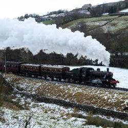 El servicio de tren de vapor 'Mince Pie Special' recorre la línea de Keighley y Worth Valley Railway pasando por campos cubiertos de nieve cerca del pueblo de Haworth, en el norte de Inglaterra. | Foto:Oli Scarff / AFP