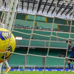 El delantero argentino del Inter de Milán Lautaro Martínez celebra tras anotar el gol de 5-2 durante el partido de fútbol de la Serie A italiana Inter de Milán vs Crotone en el estadio Giuseppe-Meazza (San Siro) de Milán. | Foto:Miguel Medina / AFP