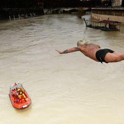 Giuseppe Palmulli (también conocido como Mister OK) de Italia, se sumerge en el río Tíber como parte de las tradicionales celebraciones del Año Nuevo en Roma. | Foto:Alberto Pizzoli / AFP