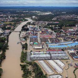 Una vista aérea muestra que el distrito de Kota Tinggi está inundado de agua debido a las incesantes lluvias. | Foto:Fathin Suhaira Abd Rahim / BERNAMA / DPA