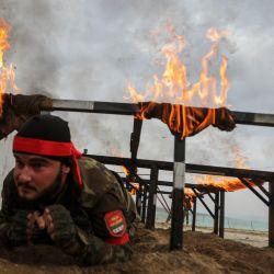 Un combatiente sirio respaldado por Turquía participa en un entrenamiento militar en una base cerca de la aldea de Al-Maabatli en la región de Afrin en el campo del noroeste de la provincia de Alepo. | Foto:Bakr Alkasem / AFP