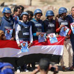 Periodistas y dolientes levantan carteles y pancartas durante el funeral del reportero de televisión Adib al-Janani, quien fue asesinado en un ataque al aeropuerto de Aden, en la tercera ciudad de Taez, en Yemen. | Foto:Ahmad Al-Basha / AFP