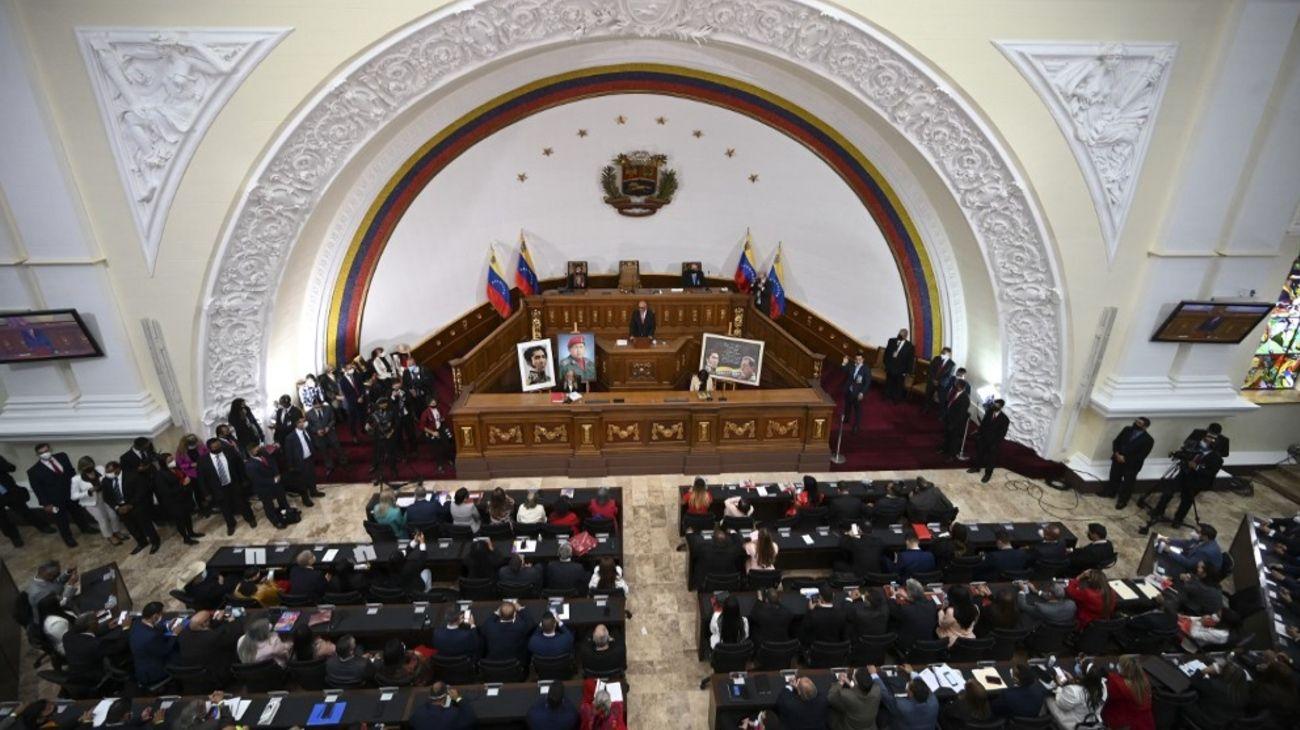 La asunción de legisladores afines al régimen de Nicolás Maduros.