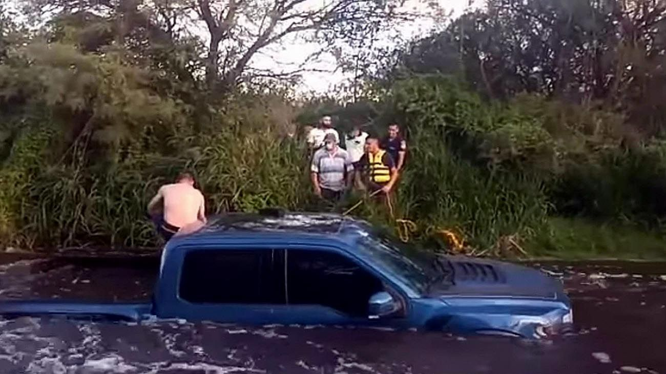 Rescate a un hombre que se lo llevaba el río Quilpo