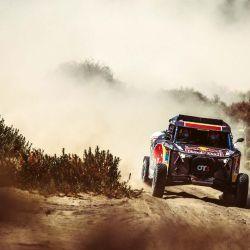 Tras llegar a meta, y después de la algarabía por lo logrado, Cristina recibió la visita de la mismísima Jutta Kleinschmidt, la última mujer que había ganado una etapa en el Rally Dakar.