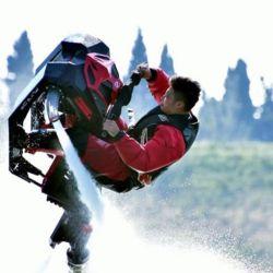 Desarrolla una velocidad de 40 km/h y posee una capacidad de carga máxima de hasta 120 kg.