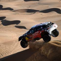 El piloto de Peugeot Khalid Sheikh al-Qassimi de Arabia Saudita y el copiloto francés Xavier Panseri compiten durante la segunda etapa del Rally Dakar 2021 entre Bisha y Wadi Ad-Dawasir en Arabia Saudita. | Foto:Franck Fife / AFP