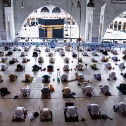 Las peregrinaciones musulmanas se mantienen a una distancia segura mientras circunvalan la Kaaba, durante las oraciones del viernes en la Gran Mezquita de la ciudad santa de La Meca. | Foto:Agencia de Prensa Saudita / DPA