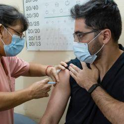Un trabajador de la salud recibe una dosis de la vacuna rusa Sputnik V contra el coronavirus (COVID-19) en el hospital Gral San Martín de Firmat. | Foto:Patricio Murphy / SOPA Imágenes vía ZUMA Wire / DPA