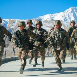 Esta foto muestra a soldados del Ejército Popular de Liberación de China (EPL) participando en un entrenamiento militar en las montañas de Pamir en Kashgar, región de Xinjiang, noroeste de China. | Foto:STR / AFP