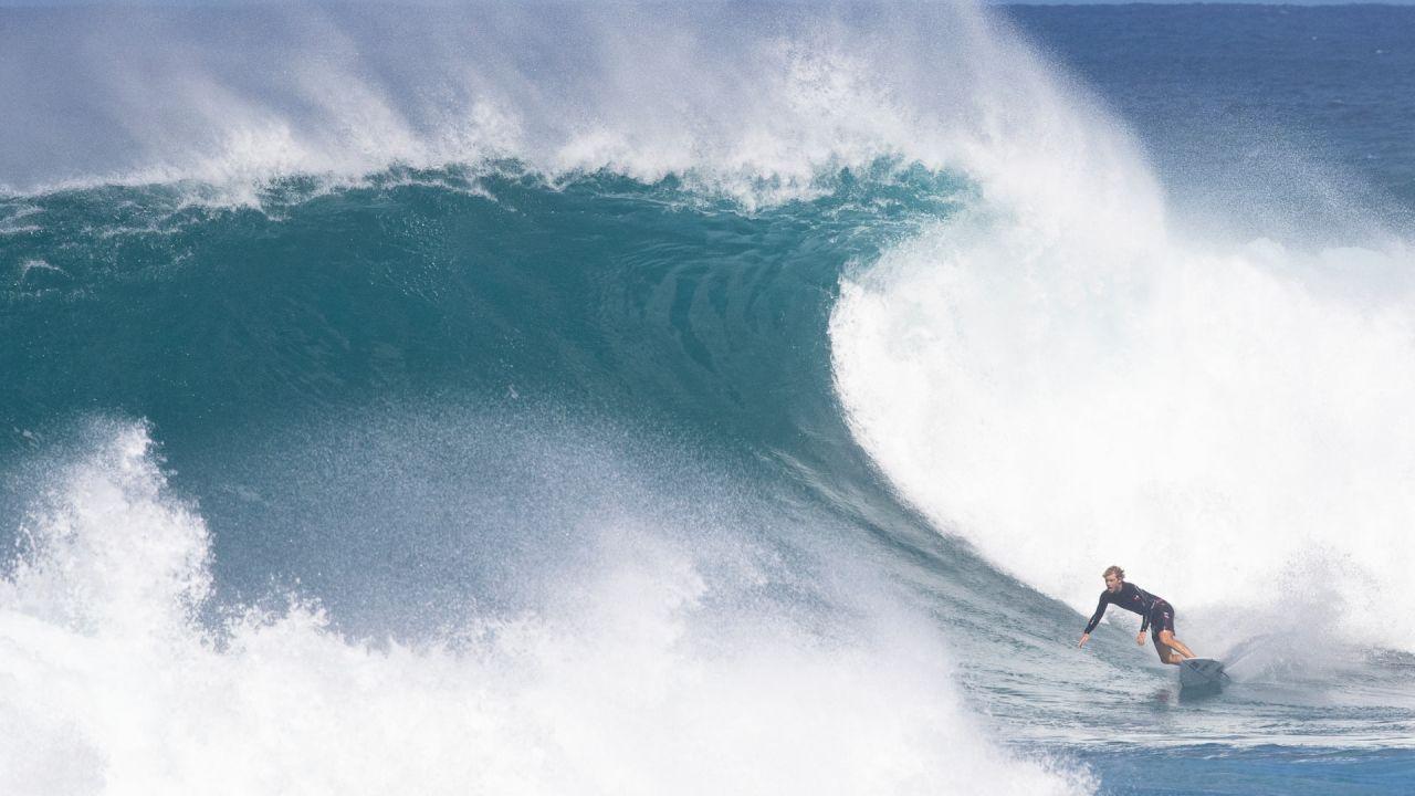 El surfista estadounidense Zeke Lau monta una ola durante la práctica en la costa norte de Oahu en Haleiwa, Hawai. - Los surfistas profesionales se están preparando para el comienzo de la temporada del campeonato de la World Surfing League 202, para el evento que se llevará a cabo en Sunset Beach en Hawai. | Foto:Brian Bielmann / AFP