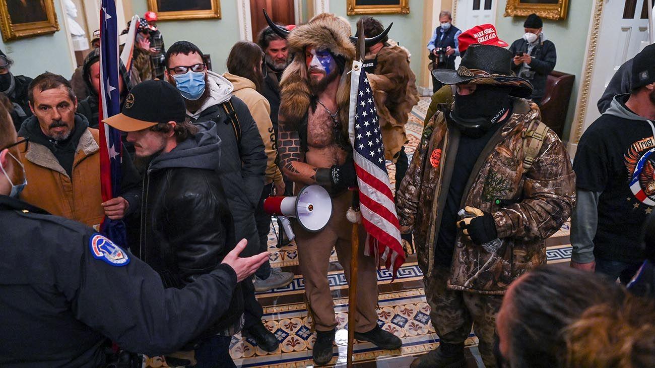 WASHINGTON, DC - 6 DE ENERO: Los manifestantes se reúnen frente al edificio del Capitolio de los Estados Unidos el 6 de enero de 2021 en Washington, DC. Los manifestantes pro-Trump ingresaron al edificio del Capitolio de los Estados Unidos después de manifestaciones masivas en la capital de la nación durante una sesión conjunta del Congreso para ratificar la victoria del Colegio Electoral 306-232 del presidente electo Joe Biden