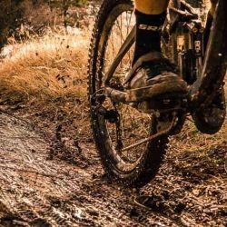Una vez que la bicicleta está lista para salir, viene la parte más importante de la cuestión, cómo debemos pedalear en una superficie con barro.
