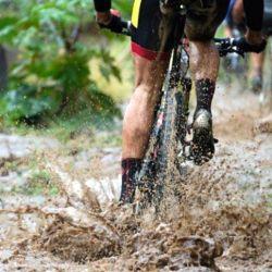Cuando veamos una zona con barro, debemos intentar llegar con la mayor velocidad posible, esto nos ayudará que no nos quedemos atascados o que perdamos el control de la mountain bike.