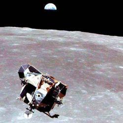 """Las recomendaciones, que hasta ahora no han sido vinculantes, abordan los caminos que deben seguir las naves espaciales al descender a la superficie lunar y definen """"zonas de exclusión""""."""