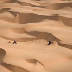 El motociclista australiano Toby Price y el motociclista argentino Kevin Benavides compiten durante la cuarta etapa del Rally Dakar 2021 entre Wadi Ad-Dawasir y la capital de Arabia Saudita, Riad. | Foto:Franck Fife / AFP