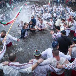 Los hombres búlgaros realizan la tradicional danza  | Foto:Nikolay Doychinov / AFP