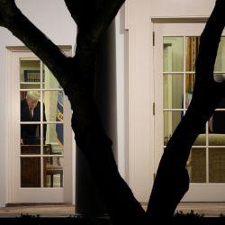 El presidente de Estados Unidos, Donald Trump, es visto en la Oficina Oval de la Casa Blanca en Washington, DC. | Foto:Brendan Smialowski / AFP