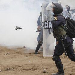 Trabajadores agrícolas chocan con policías antidisturbios durante una protesta exigiendo mayores ingresos en Viru, 510 km al norte de Lima.- Al menos dos muertos y diez heridos dejaron un enfrentamiento entre policías y trabajadores agrícolas que bloqueaban rutas en norte de Perú, informaron fuentes hospitalarias. | Foto:Gian Mazco / AFP