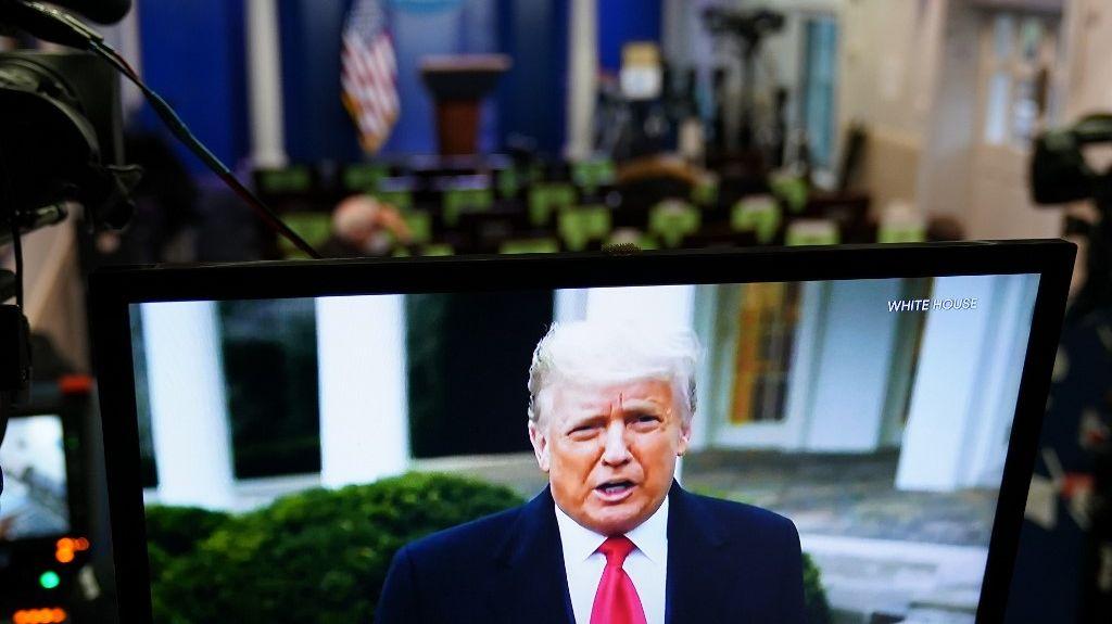 Donald Trump graba un video para sus seguidores (AFP)