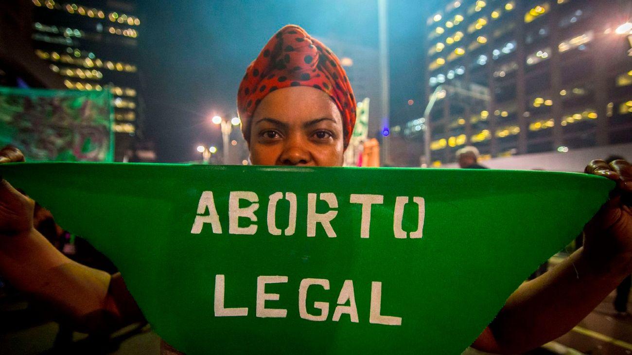 Una mujer en Sao Paulo, manifestándose a favor del aborto en 2018