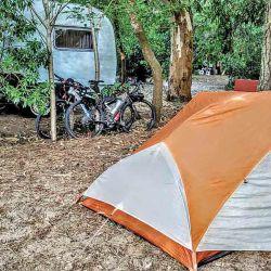 El camping municipal Nueva Atlantis es grande y muy bien cuidado. De noche permite escuchar el mar desde la carpa.