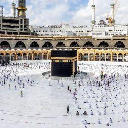 Arabia Saudita, La Meca: Las peregrinaciones musulmanas se mantienen a una distancia segura mientras circunvalan la Kaaba, durante las oraciones en la Gran Mezquita de la ciudad santa de La Meca. | Foto:Agencia de Prensa Saudita / DPA