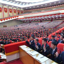 Esta imagen tomada y publicada por la Agencia Central de Noticias de Corea (KCNA) oficial de Corea del Norte muestra a los asistentes durante el primer día del 8 ° Congreso del Partido de los Trabajadores de Corea (WPK) en Pyongyang. | Foto:STR / KCNA VIA KNS / AFP