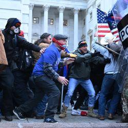 Los partidarios de Trump chocan con la policía y las fuerzas de seguridad, mientras asaltan el Capitolio de los Estados Unidos en Washington, DC. | Foto:Brendan Smialowski / AFP