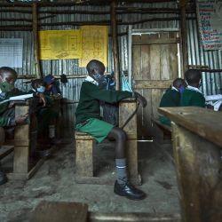 Los alumnos se sientan socialmente distanciados en un aula en el Destiny Junior Education Center en el barrio pobre de Mathare en Nairobi, Kenia mientras los estudiantes regresan a la escuela luego de un cierre de nueve meses ordenado por el gobierno en marzo de 2020 para frenar la propagación del Coronavirus COVID-19. | Foto:Tony Karumba / AFP