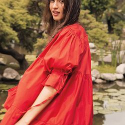 RED HOT. Vestido con volados, frunces y mangas abullonadas (De Arrieta).