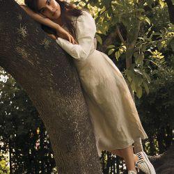 FORMAL/INFORMAL. Camisa, top con lazo y falda evasé todo en lino (Valentina Karnoubi). Zapatillas (Converse).