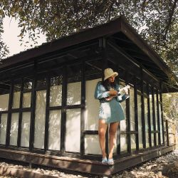 TWIN SET. Chaqueta y falda portafolio denim, piluso y bikini estampada en vichy (De Miracolo). Sandalias (Paruolo).