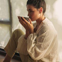 NEW ROMANTIC. Camisa de lino color crudo (De Arrieta). Pantalón sastrero (Soifer). Cartera tejida (Thais)