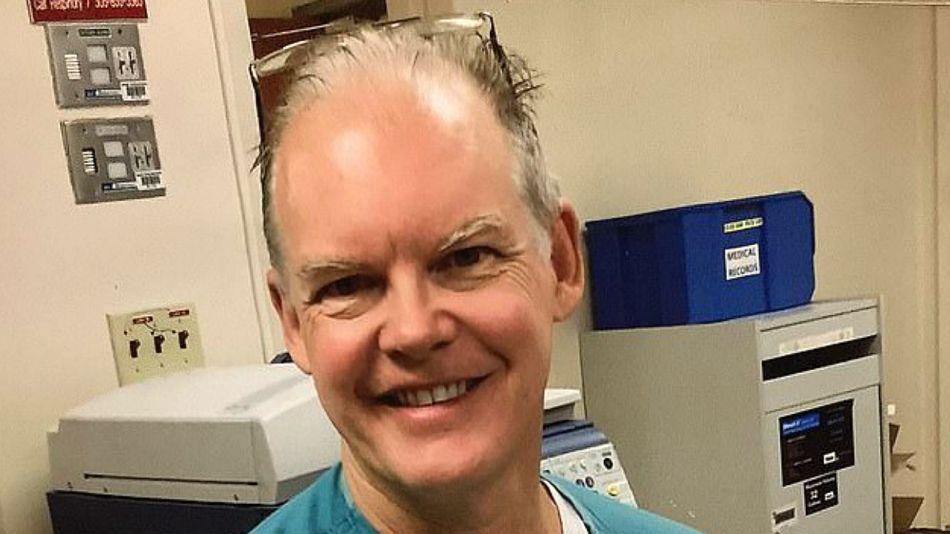 El doctor Gregory Michael, de 56 años, murió dos semanas después de recibir la vacuna de Pfizer e investigan las causas.
