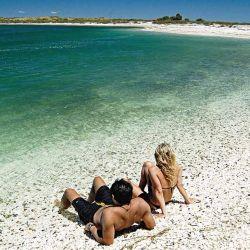Punta Perdices, una playa solitaria, de aguas cristalinas y arena casi blanca, con toda la soledad necesaria para sentirse lejos del mundo.