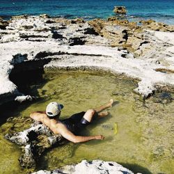 Cuando la marea baja, las playas de Las Grutas se colman de relajantes piletones.